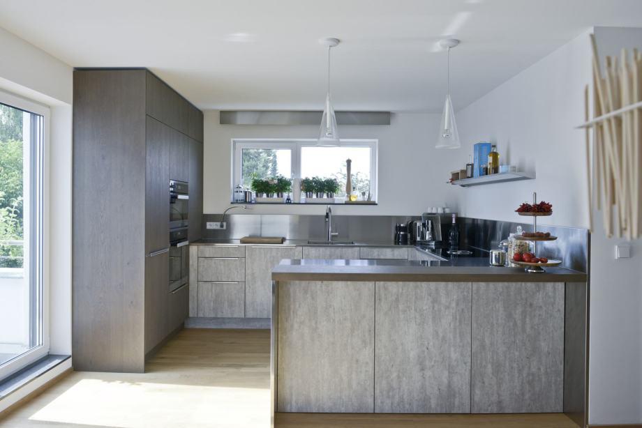 Puristisch moderne Küche aus Beton, Eiche, Beton