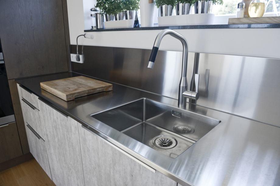 Moderne Küche mit Edelstahl-Armaturen