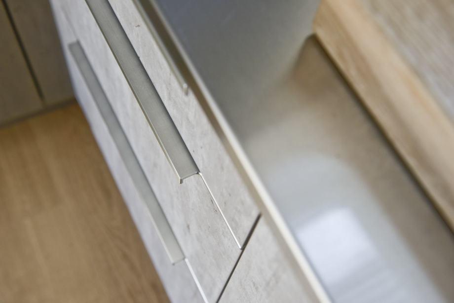 Küchen-Kombination aus Edelstahl, Beton und Pfahlholz