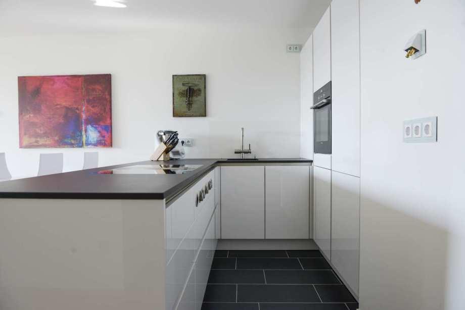 Urbane Küche mit Lack-Fronten und Dekton