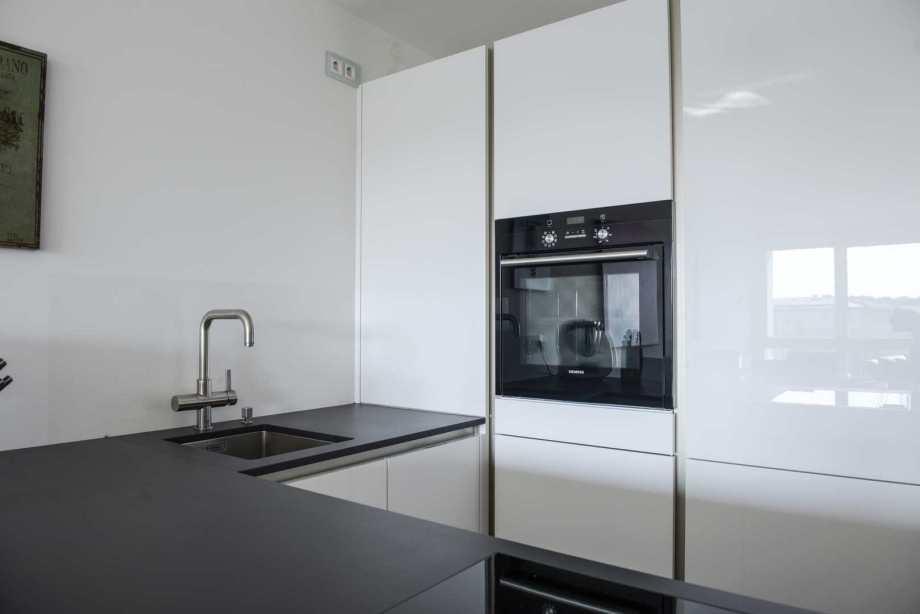 klare Strukturen in modernen puristischen Küche