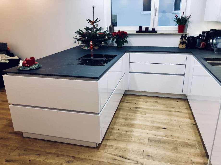 moderne weiße Küche mit Lack-Fronten