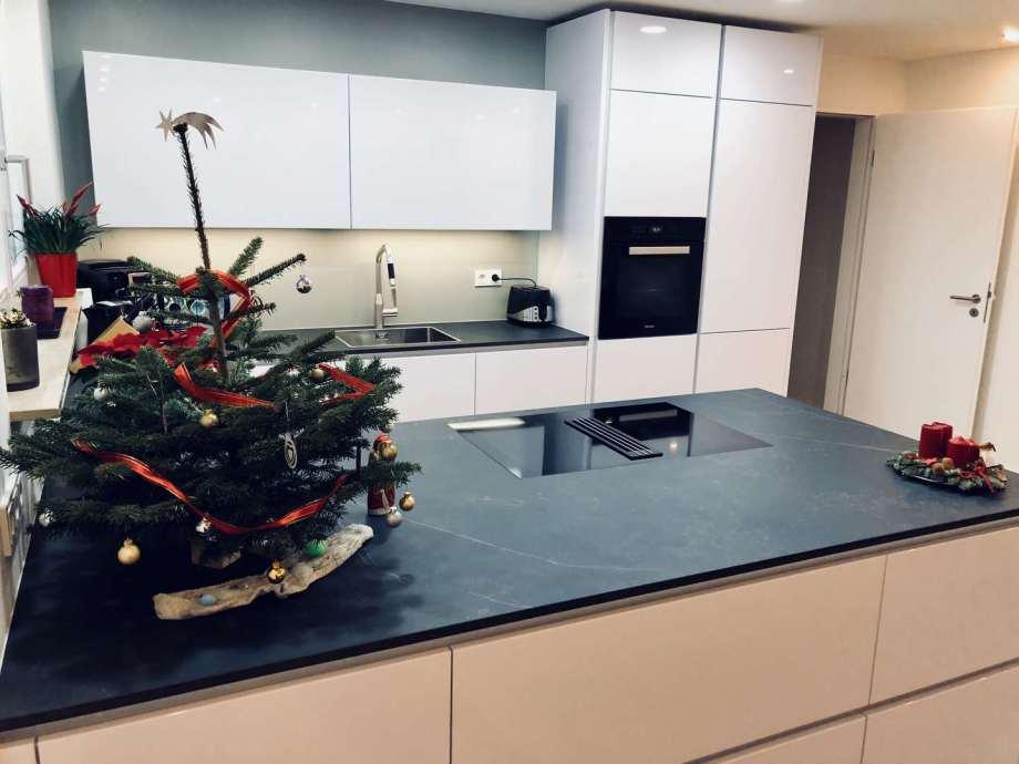 Küchenkombination aus Lackfronten und Keramik