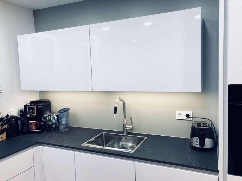 Edelstahl-Armaturen in moderner, grifflosen Küche