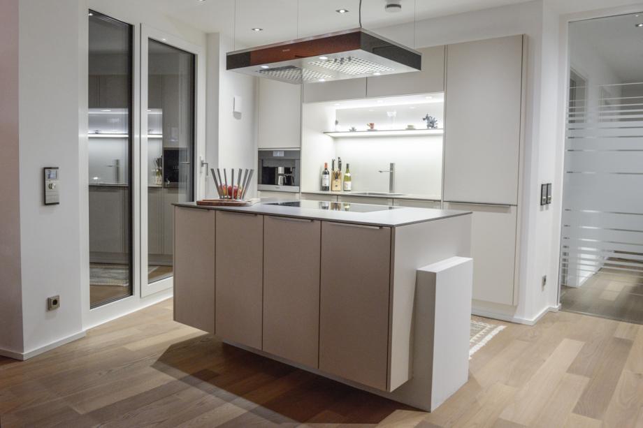 Küche mit freistehender Kücheninsel