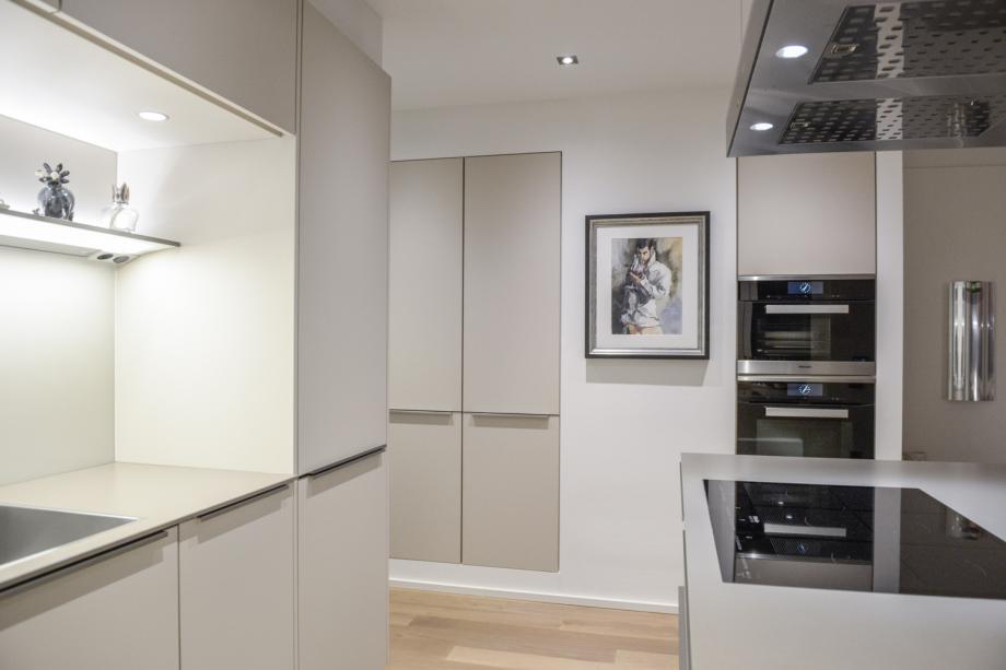 Küchen-Kombination aus Glas, Lack und Beton