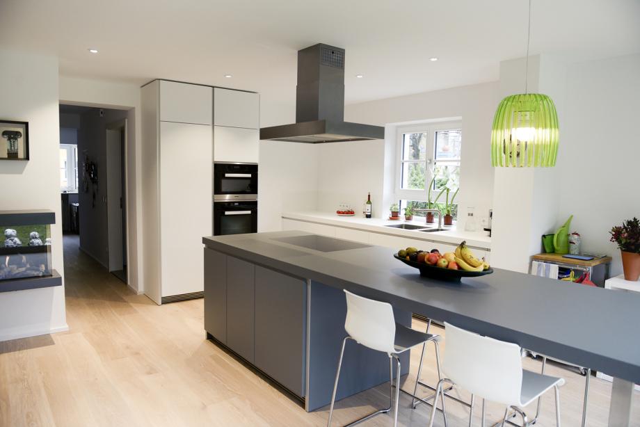 Moderne Küche mit Ausblick in den Garten