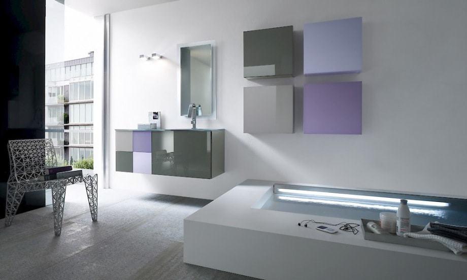 Modernes Badezimmer mit Farbakzenten