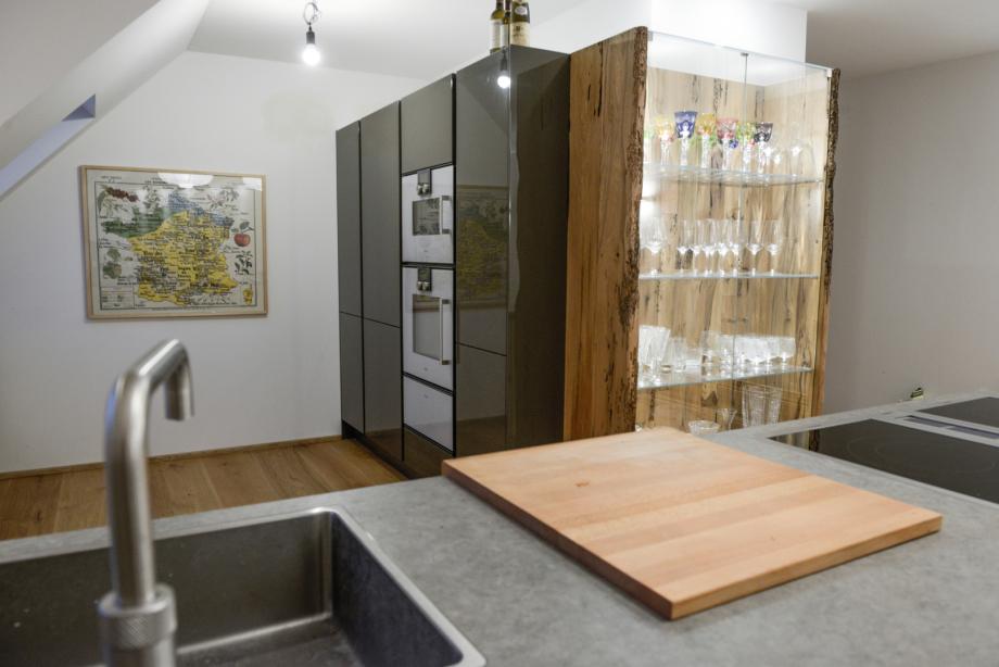 Küche mit Deckton und Holzelementen