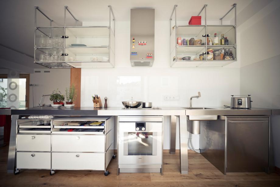 USM Küche mit Edelstahl, Granit, Holz und Metall