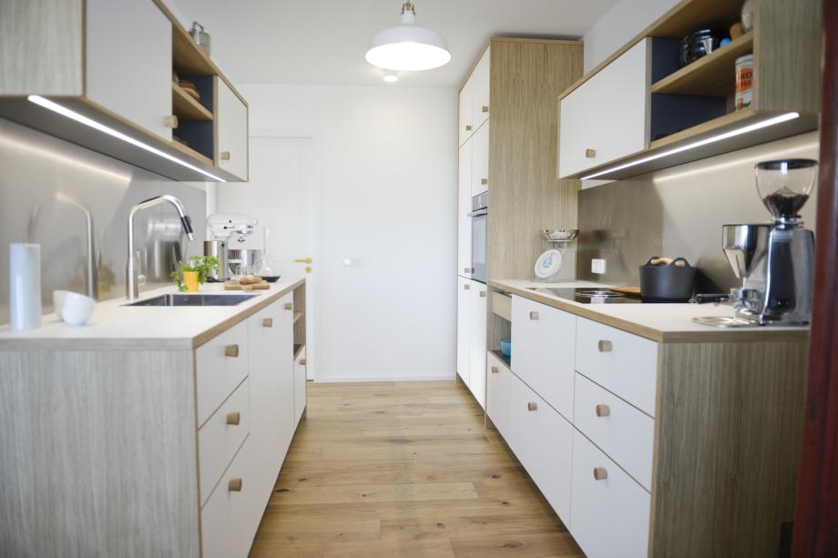 skandinavische Küche mit Eichenholz, Schichtstoff und Edelstahl