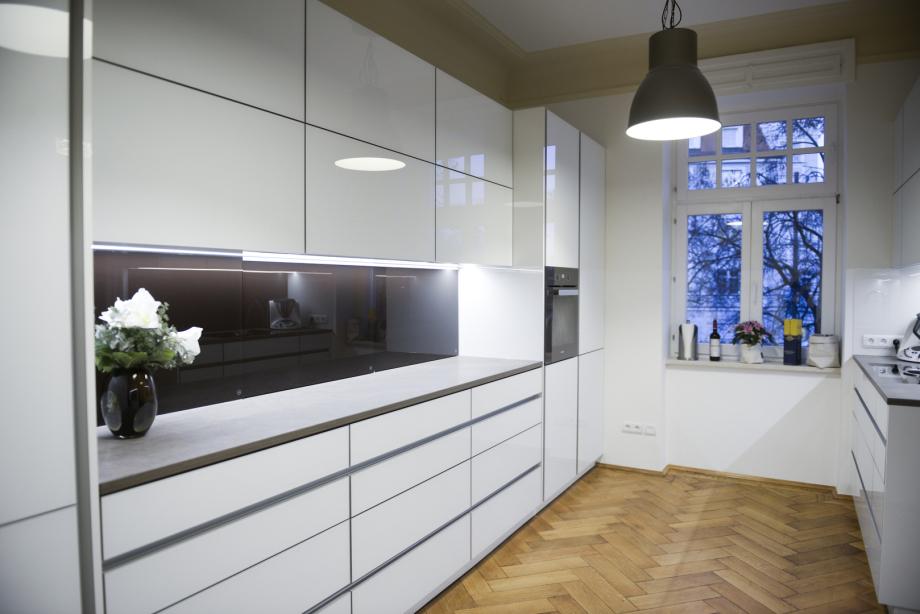 Küche mit Glas-, Aluminium-, Granit- und Holzelementen