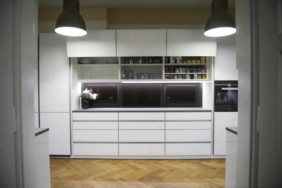 Frontansicht der modernen Küche im Materialienmix